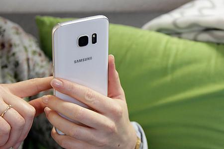Frau surft mit dem Samsung Galaxy S7