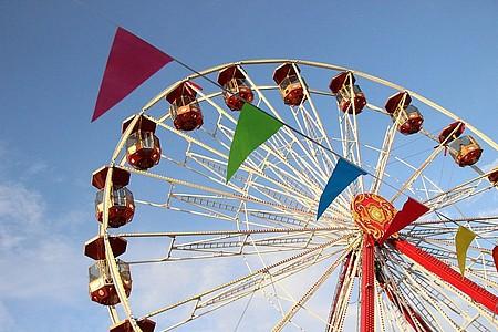 Riesenrad mit Wimpelkette