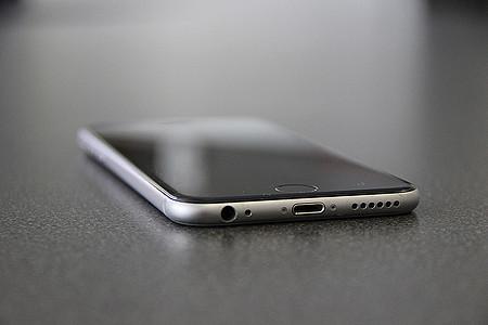 iPhone 6 liegt auf einem Tisch