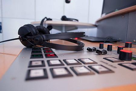 Kopfhörer liegen auf Mischpult