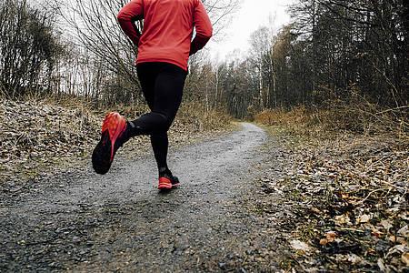 Jogger joggt auf Waldweg