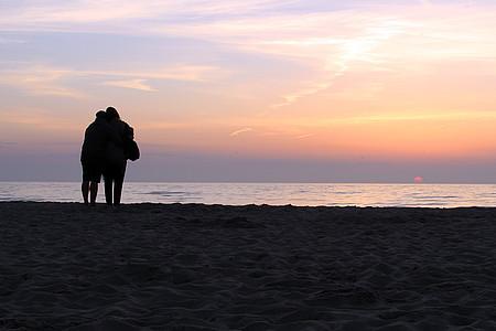 Paar im Sonnenuntergang am Strand
