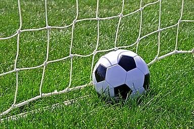 Fußball liegt im Tor