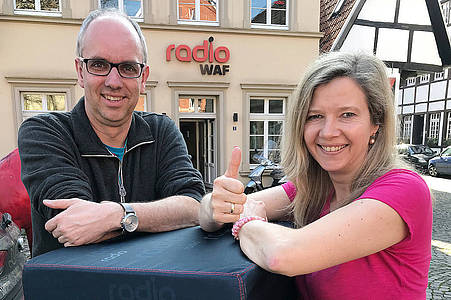 Radio WAF Team zeigt Daumen hoch