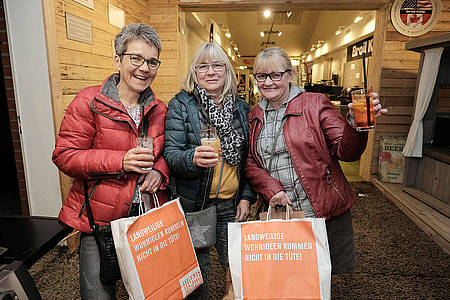 Frauen shoppen bei der Ladies Night in Beckum