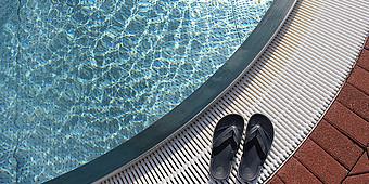 Flip Flops am Beckenrand