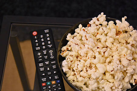 Popcorn neben einer Fernbedienung