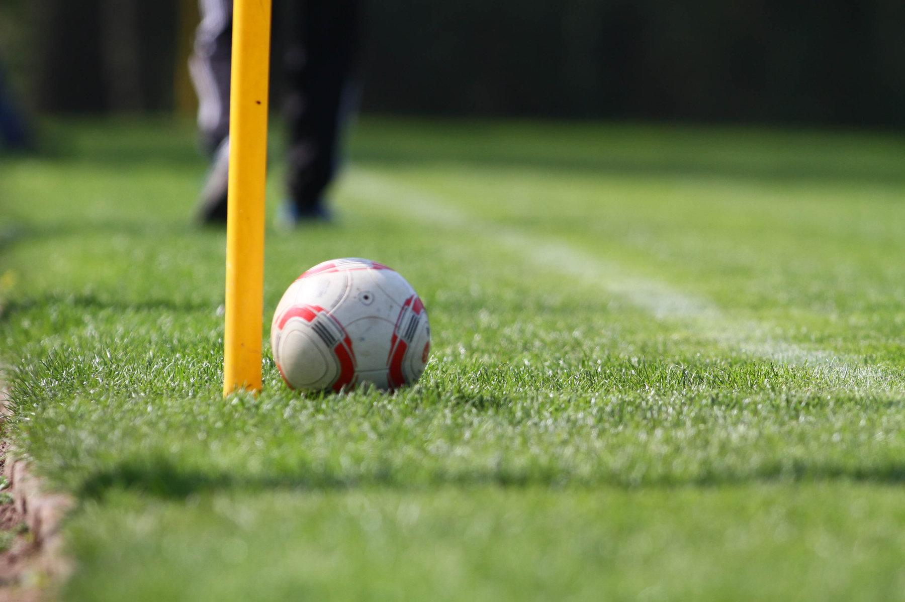 Fußball liegt auf grüner Wiese