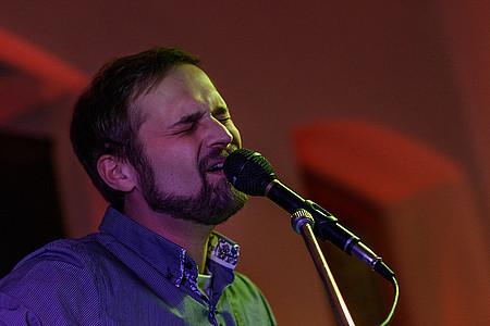 Jonas Künne am Mikrofon