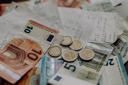 Geldscheine Münzen und Rechnungen