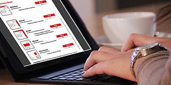 Frau recherchiert am Laptop nach Möglichkeiten der Onlinewerbung auf radiowaf.de