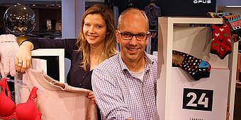 Ina Atig und Markus Bußmann mit Sachpreisen