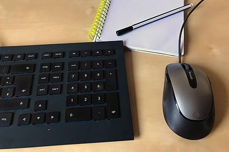 Tastatur, Notizblock, Stift und Maus