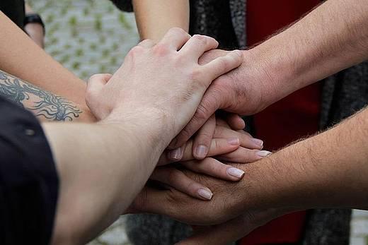 Hände eine Teams kommen in der Mitte zusammen